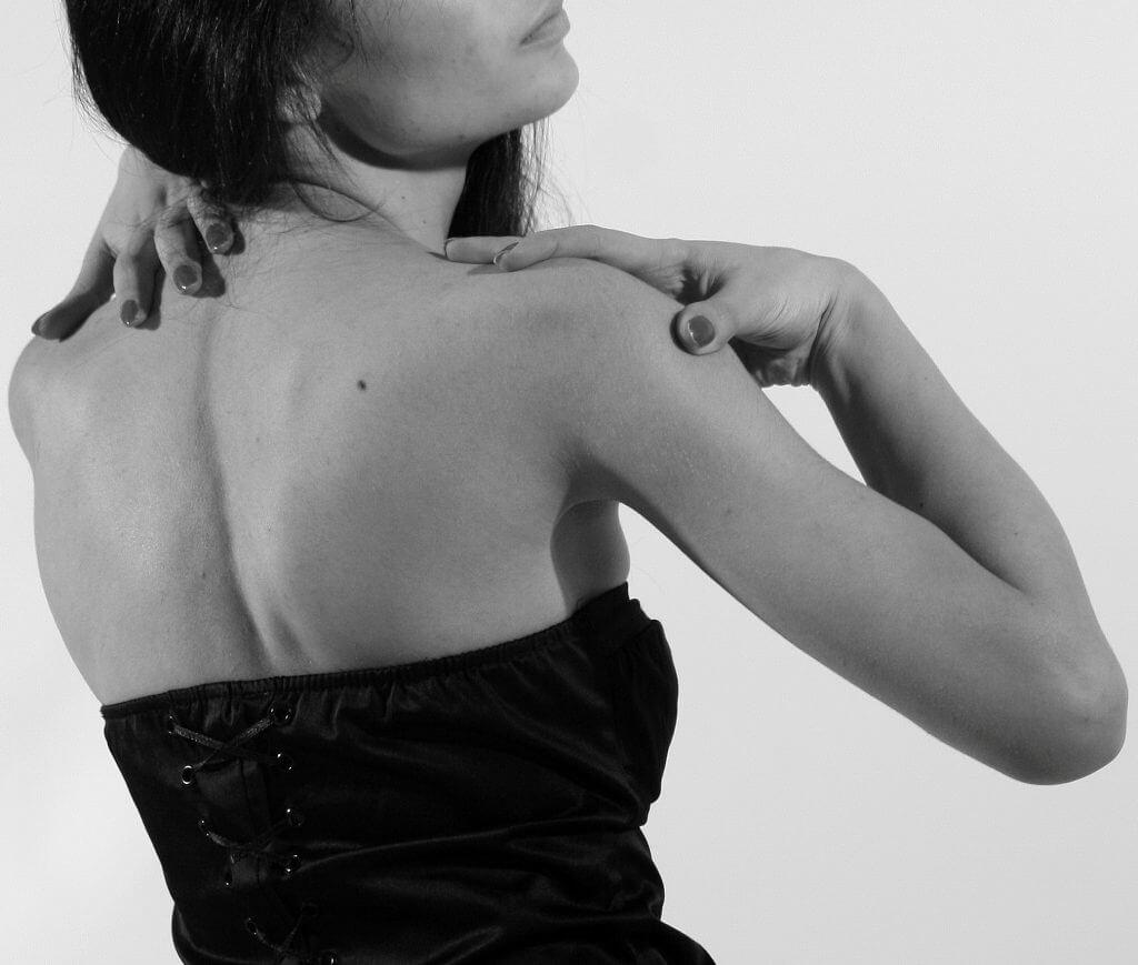Родинка на плече: значение у женщин и мужчин, причины
