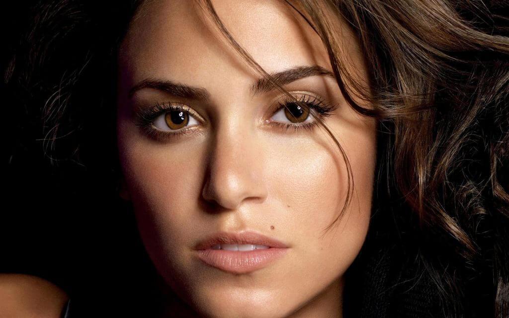 Родинка на щеке у мужчин, женщин: значение, как удалить